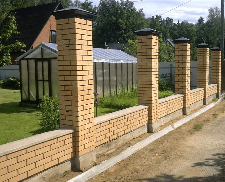 fundament-pod-zabor-s-kirpichnymi-kolonnami