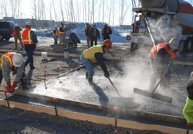 Особенности заливки бетонного пола в зимнее время