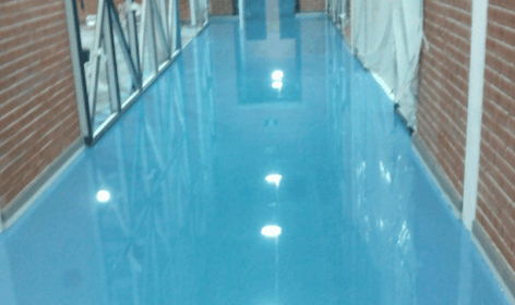 Dekorativnyj nalivnoj pol