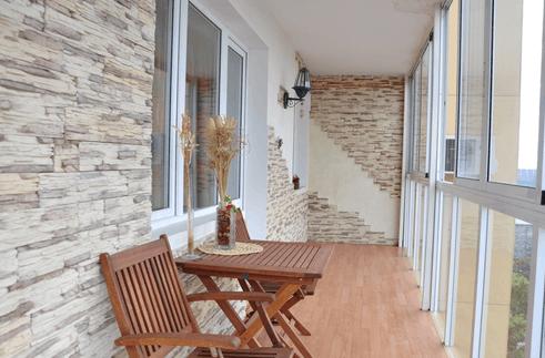 Остекление балконов 6 метров - современная тенденция, за счет которой создается особая атмосфера в квартире. Именно на балконном пространстве можно воплотить в реальность оригинальные дизайнерские решения и завершить весь процесс качественным остеклением.